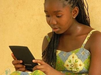 Garota lendo em dispositivo eletrônico